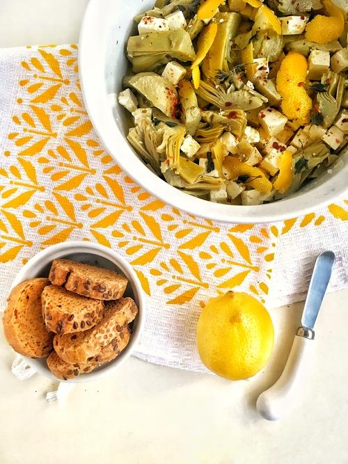 corazones de alcachofa con queso feta y limón amarillo crostini