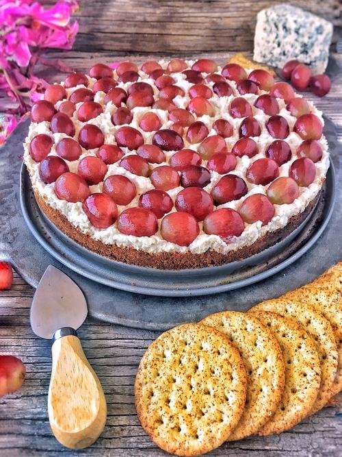 cheesecake de queso azul y uvas rojas