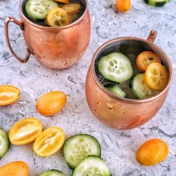 Cómo preparar moscow mules de gin, kumquats y pepino