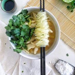 Receta de sopa de pescado fácil con fideos chinos y cilantro