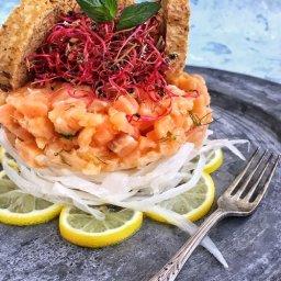 Receta de tártara de salmón fresco con salmón ahumado, hinojo, menta y germinado de betabel