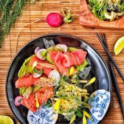 Rollitos de sashimi de atún con papel arroz crujiente y aguacate