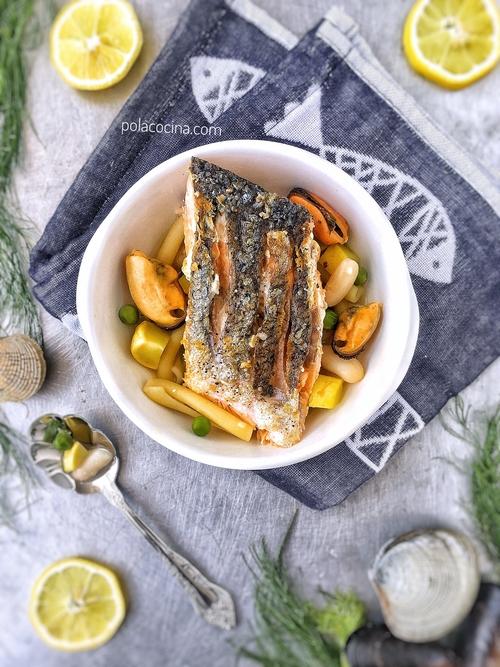 Receta de salmón con minestrone de moluscos