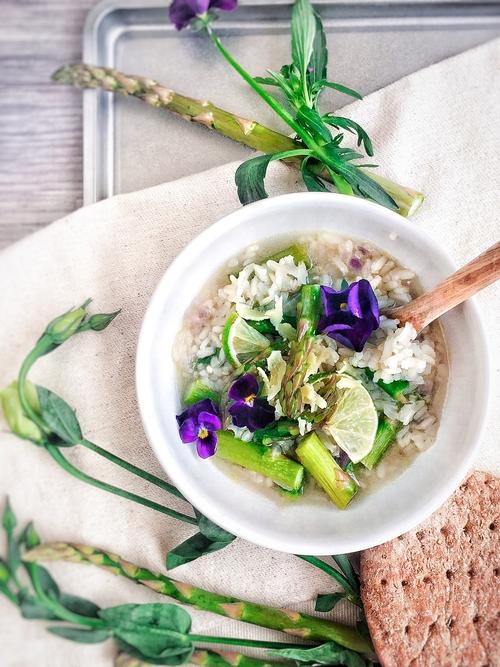 Sopa con sobras de arroz blanco y limón con queso