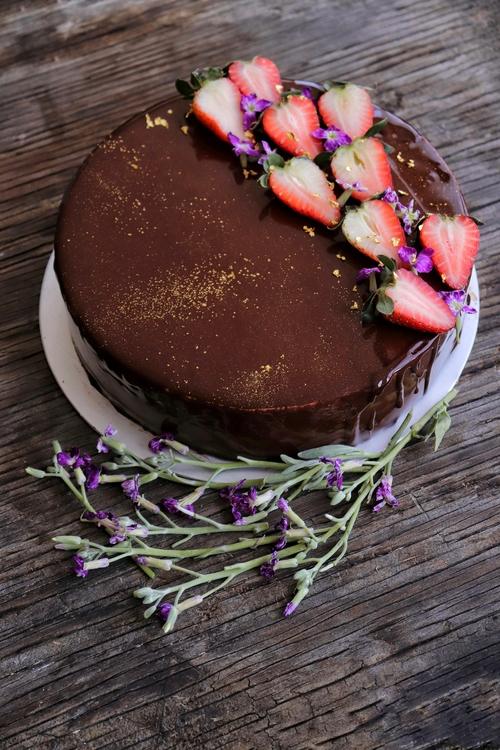 video tutorial para hacer pasteles sin harina con glaseado de espejo de chocolate y mousse de nutella