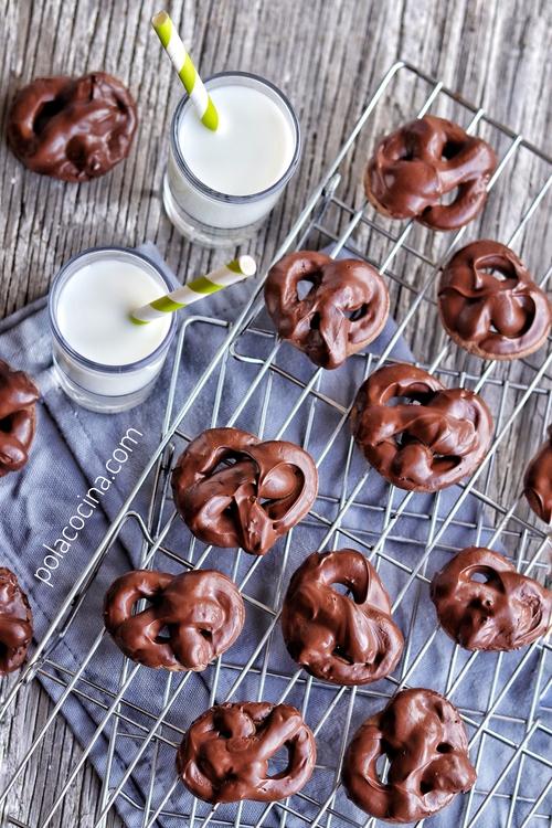 Cómo hacer galletas de chocolate en forma de pretzel