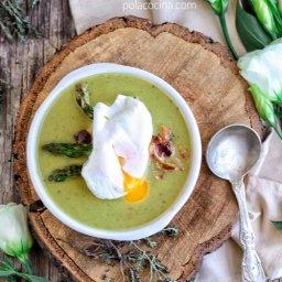Receta de sopa de espárragos y huevo escalfado