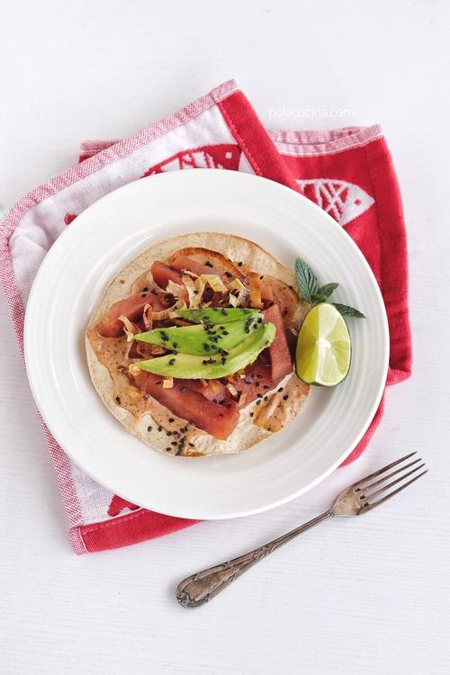 Tostadas fáciles de atún fresco con mayonesa de chipotle.