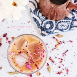 Cómo hacer café frío con pétalos de rosa y leche de almendra vegano