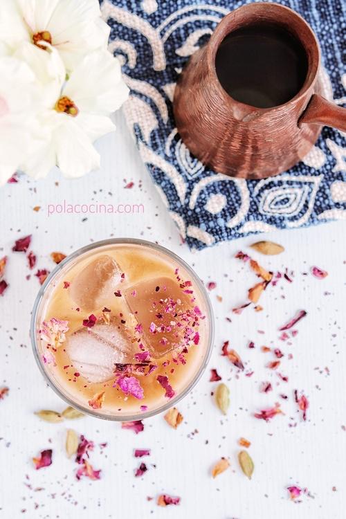 Latte helado con rosas y cardamomo cómo preparar