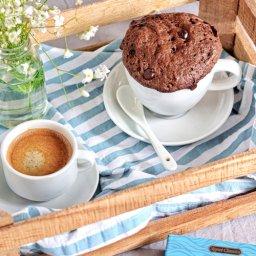 Pastel en taza de mantequilla de cacahuate con chocolate fácil