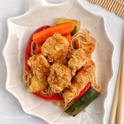 Pollo frito agridulce estilo chino con fideos de soba
