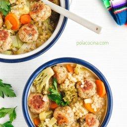 Recetas con pollo Sopa de verduras con albóndigas de pollo