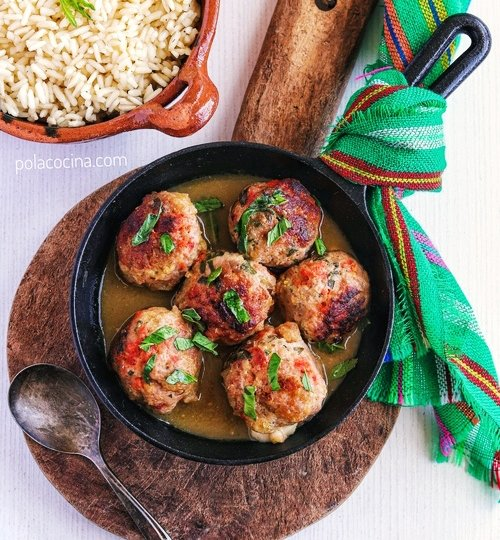 albóndigas de cerdo keto en salsa de tomates verdes