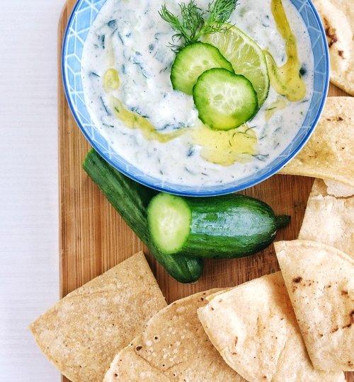 Tzatziki o dip de pepino y yogur griego