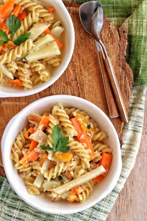 Sopa de pasta con cacahuate