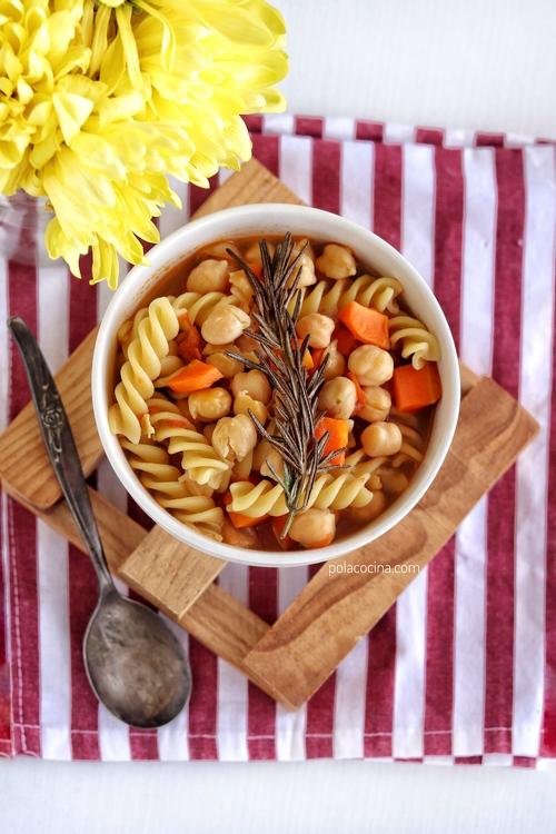 Sopa de pasta y garbanzos con romero frito
