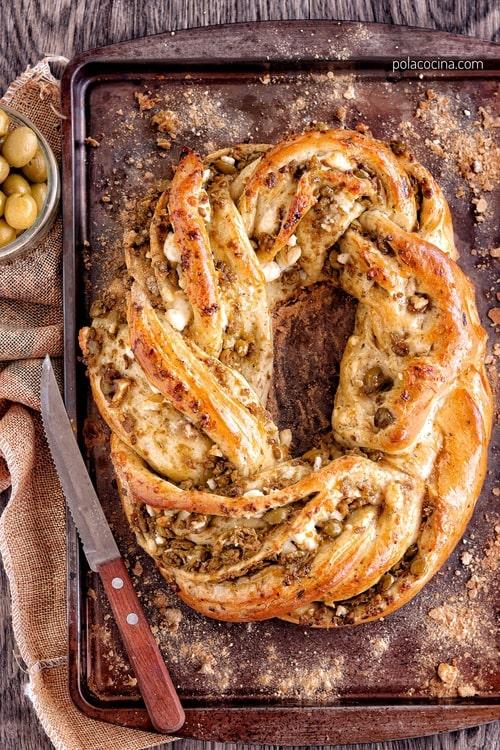 rosca de pan con aceitunas y queso