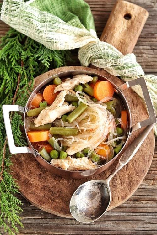 Minestrone con pollo y fideos de arroz
