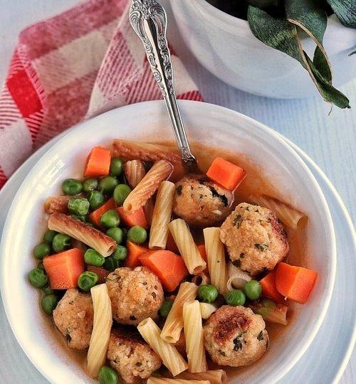 Sopa de pasta con albóndigas de pollo