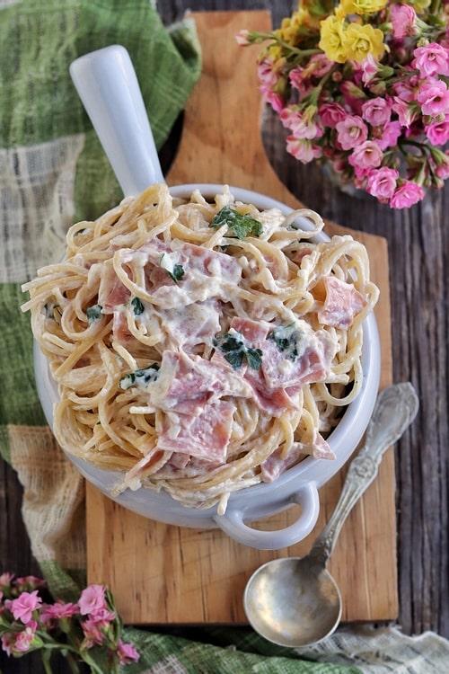 Espagueti blanco a la crema con jamón