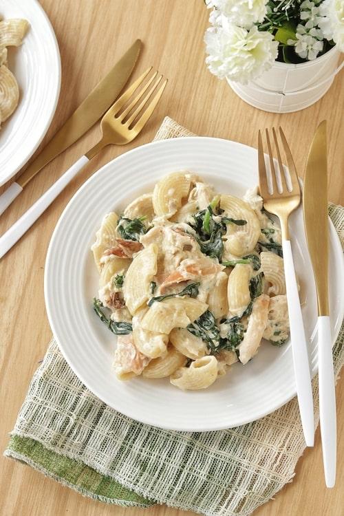 Pasta con pollo y espinacas a la crema