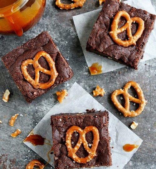 receta de brownies con pretzels y caramelo