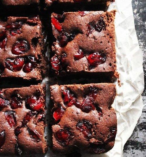 Brownies con cerezas frescas